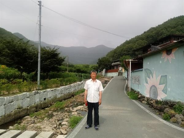 이금순이 6.25 당시 살았던 집터. 옆에 선 이는 이금순 남편 박희도가 학살될때 같은 마을에서 살다 코발트광산에서 학살된 윤덕출의 아들 윤용웅.