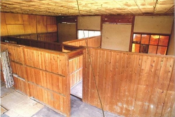 '위안소'로 사용된 건물 내관. 마쓰시로 대본영 지하호 공사와 동반하여, '위안소'가 설치된다. 당시 '위안소'로 사용된 건물의 내관이다. 간이 벽으로 공간이 나누어져 있다. 현재 '위안소'로 사용된 건물은 철거되었다. 본 사진은 1991년도에 '또 하나의 역사관 마쓰시로 운영위원회'에서 촬영한 사진이다.