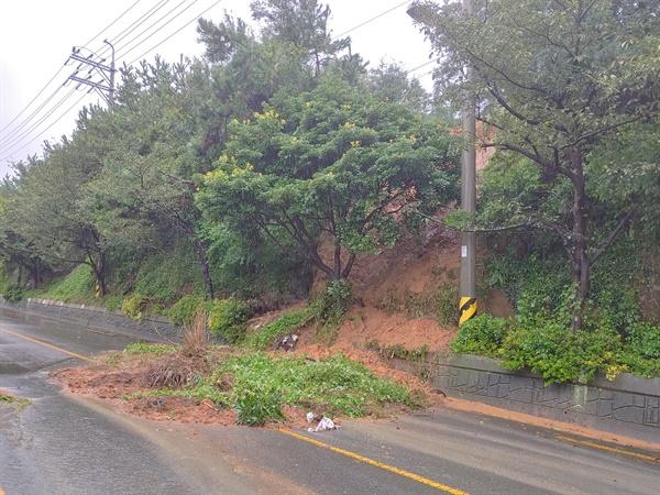 태풍 하이선으로 창원 진해의 한 도로에 토사가 흘러내렸다.