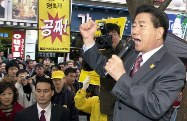 노무현 후보가 부산국제영화제 현장에서 팬클럽 노사모 회원들과 오프라인 모임을 갖고 있다(2002. 11.).