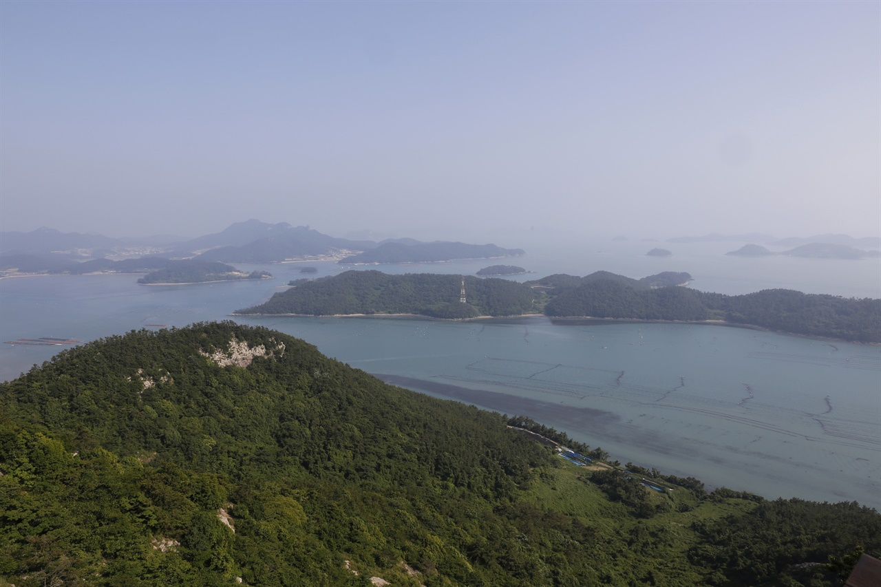 '섬들의 천국'으로 불리는 진도 조도 주변의 크고 작은 섬들. 조도의 도리산전망대에서 내려다 본 풍경이다.