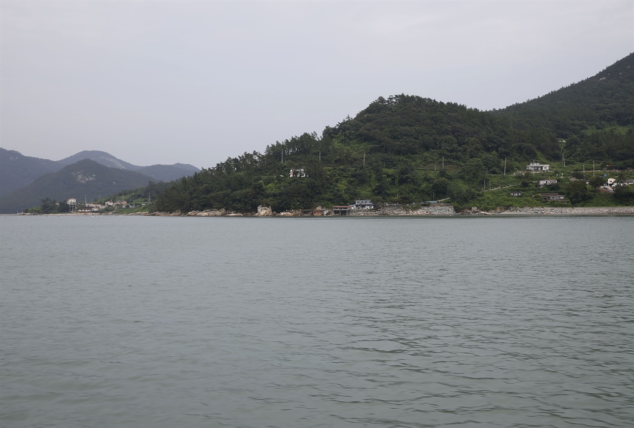 바다에서 본 진도 세방마을. 세방마을은 가사군도를 한눈에 내려다볼 수 있는 해안도로변에 자리하고 있다.