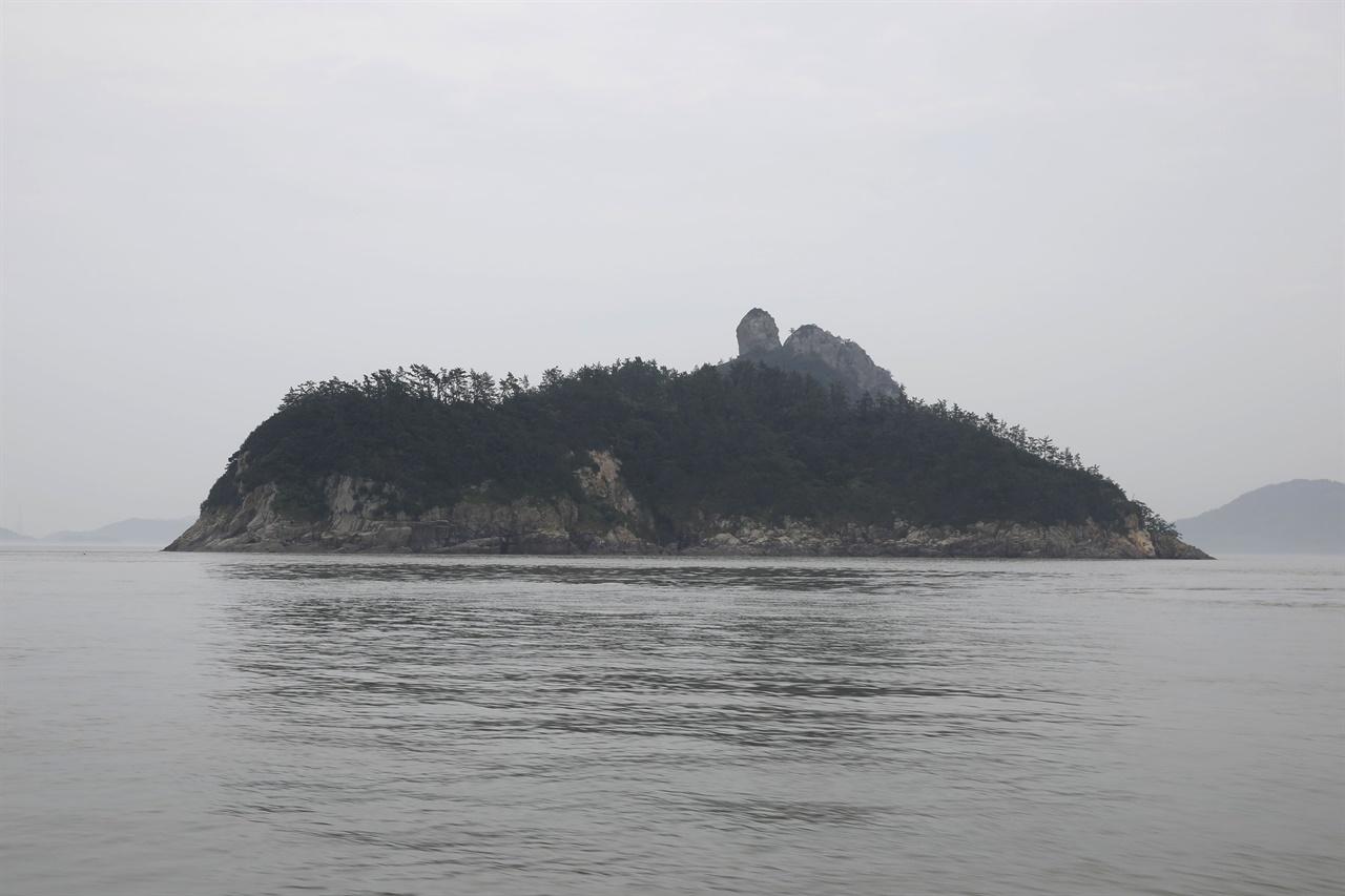 진도 가사군도에 속하는 섬 가운데 하나인 양덕도. 멀리서보면 발가락을 닮았다. 가까이서 보니 거북이 모형이다.