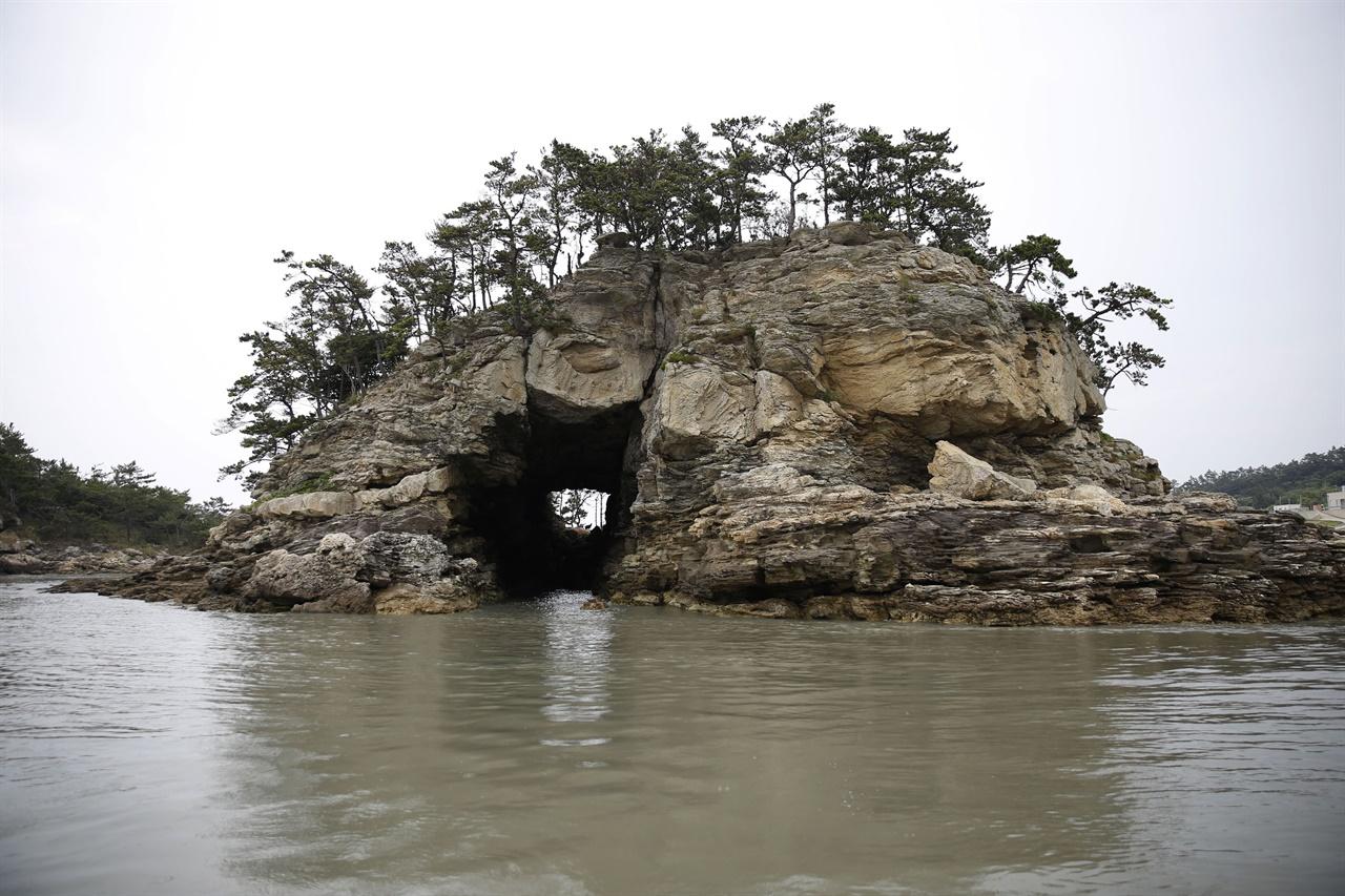진도 가사군도를 대표하는 섬 가운데 하나인 혈도. 섬의 가운데에 큰 구멍이 뚫려 있다.