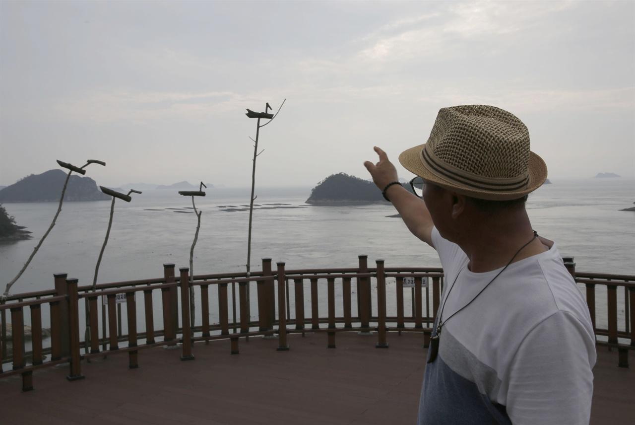이평기 전남문화관광해설사가 세방낙조전망대에 세운 솟대에 대해 얘기하고 있다. 그는 여기에 솟대를 세운 당사자다.
