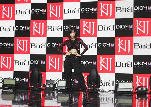 '김남주' 솔로데뷔 컨셉장인 에이핑크의 김남주가 7일 오후 열린 싱글 앨범 < Bird > 발매 기념 온라인 미디어 쇼케이스에서 포즈를 취하고 있다. 'Bird'는 사랑하는 모든 것과 꿈에 대해 주저하지 않고 비상하겠다는 자전적인 메시지를 담고 있다.