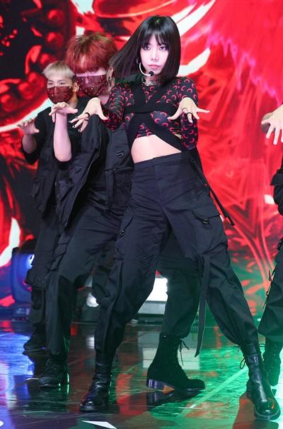 '김남주' 카리스마 넘치는 여왕 아우라 에이핑크의 김남주가 7일 오후 열린 싱글 앨범 < Bird > 발매 기념 온라인 미디어 쇼케이스에서 솔로 데뷔곡 'Bird'를 선보이고 있다. 'Bird'는 사랑하는 모든 것과 꿈에 대해 주저하지 않고 비상하겠다는 자전적인 메시지를 담고 있다.