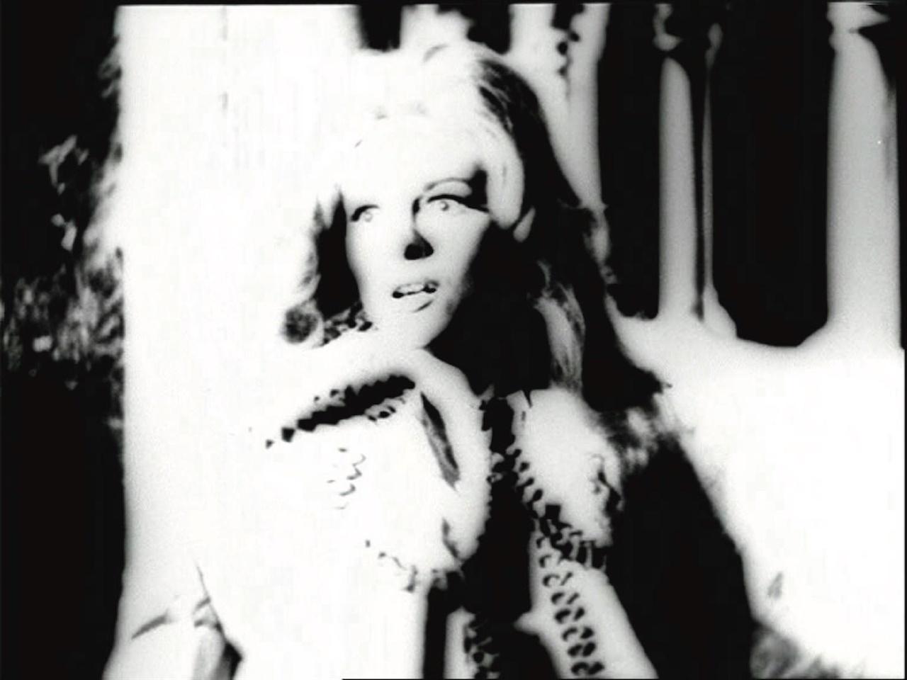 <뱀피르 쿠아데쿠 Vampir-Cuadecuc>의 한 장면 <뱀피르>는 크리스토퍼 리 주연의 영화 <드라큘라 백작> 제작당시, 일부 배우와 현장의 이미지를 포르타벨라 감독만의 독특한 미학과 영화문법으로 촬영했다.