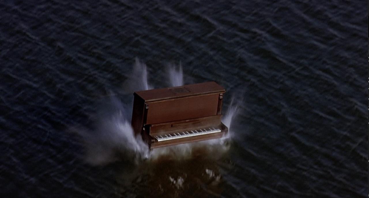 피아노가 바다에 떨어져 분해되는 'Silence before Bach'의 한 장면 페레 포르타벨라 감독이 연출한 'Silence before Bach (Die Stille vor Bach) (2007).