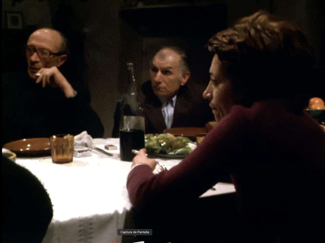 정치범을 소재로 한 영화 < El sopar (The Dinner) >의 한 장면 1974년 5명의 정치범들이 자신의 수감 경험을 이야기하는 내용이다. 촬영을 시작했던 날, 까탈루냐의 정치범 Salvador Puig Antich이 사형되기도 했다. 포르타벨라 감독은 74년 촬영된 Antich의 변호사 부분을 2018년 추가하기도 했다.