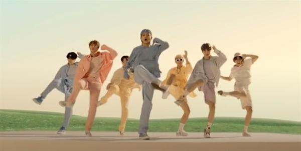 방탄소년단(BTS) 신곡 다이너마이트 빌보드 1위 방탄소년단(BTS)의 신곡 '다이너마이트'가 미국 빌보드 핫 100에서 1위를 차지하며 국가 이미지 향상과 1조원 이상의 경제적 효과를 가져왔다고 문화체육관광부는 밝혔다. 사진은 BTS의 다이너마이트 뮤직비디오 중 한 장면. (출처: BTS 다이너마이트 MV)