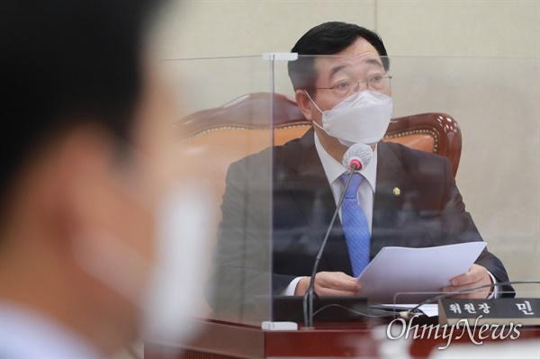 민홍철 국회 국방위원장이 8일 오후 서울 여의도 국회에서 열린 국방위원회 전체회의에서 발언을 하고 있다.