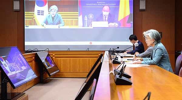 강경화 장관이 8일 저녁 열린 루마니아 화상 재외공관장회의에서 연설하고 있다.