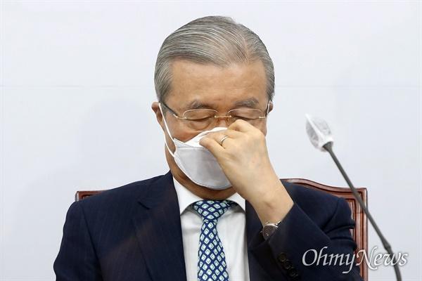 국민의힘 김종인 비대위원장이 9일 국회에서 열린 비상대책위원장-중진의원 회의에서 마스크를 고쳐 쓰고 있다.
