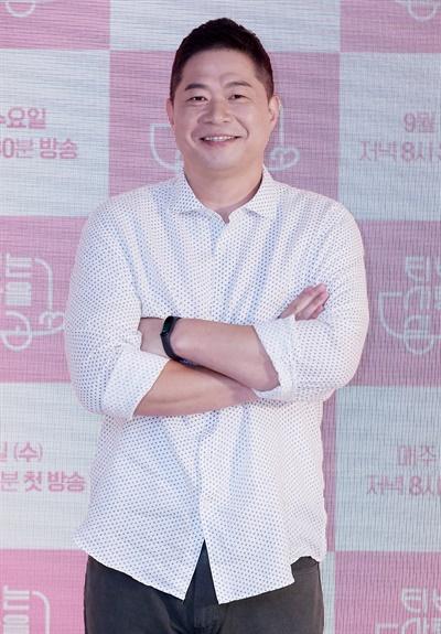 'TV는 사랑을 싣고' 현주엽, 방송인으로 덩크슛 현주엽 방송인이 9일 오전 열린 KBS2TV 예능 < TV는 사랑을 싣고 >온라인 제작발표회에서 포즈를 취하고 있다. < TV는 사랑을 싣고 >는 지난 6월 휴식기에 들어간 뒤 재정비를 끝내고 9일 첫 방송을 시작한다. 매주 수요일 저녁 8시 30분 방송.