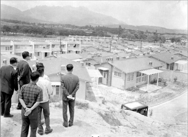 수유국민주택단지(1964) 당시 정부 주도로 대한주택공사가 지은 수유국민주택단지 모습. 1964년 고위 공무원들의 시찰 모습이 담긴 사진이다.