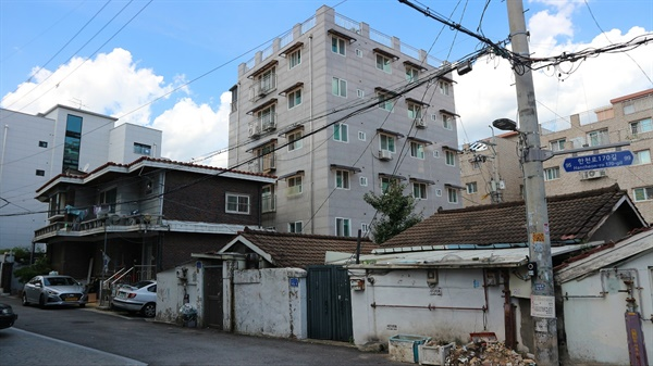 다양한 시기 주거 형태의 변화를 한 골목에서 오른쪽 두 단층집은 1960년대에, 왼쪽의 2층 짜리 다가구 주택은 1990년대에, 그 뒤편 빌라들은 최근에 지었다.