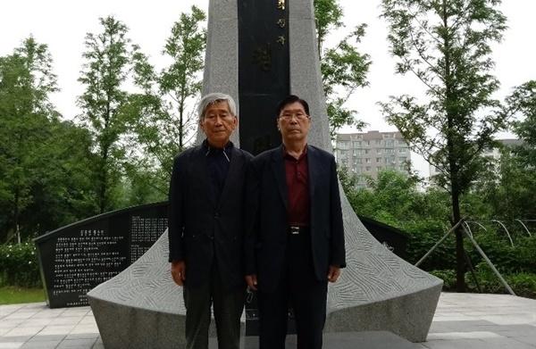 경주민간인학살 위령탑 앞에 선 김삼도 사위 이장수(왼쪽)과 김하종 경주유족회장