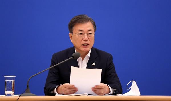 문재인 대통령이 10일 오전 청와대에서 제8차 비상경제회의를 주재하고 있다.