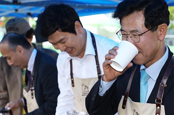 지난해 커피축제에 참가한 김한근 강릉시장.
