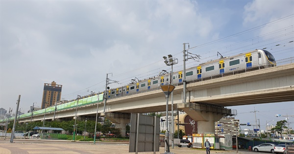 새로운 소래철교 위를 달리는 '수인선'.