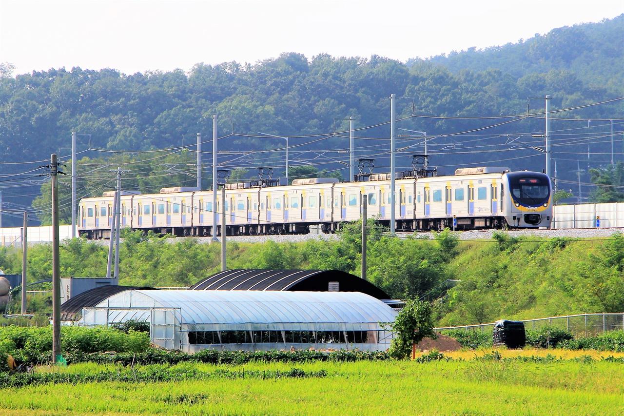 10일 수인선 어천 - 오목천 구간에서 개통을 앞둔 수인선 전동차가 시운전을 하고 있다.