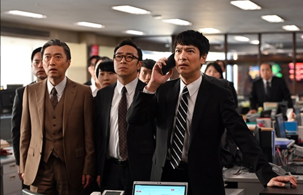 일본 드라마 <한자와 나오키>가 7년 만에 후속편으로 돌아왔다. 도쿄중앙은행의 자회사 도쿄센트럴증권에서 좌천된 한자와 나오키(사카이 마사토·맨 오른쪽)를 중심으로 벌어지는 이야기다.