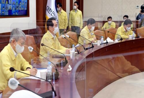 정세균 국무총리가 11일 세종로 정부서울청사에서 열린 코로나19 중앙재난안전대책본부 회의를 주재하고 있다.