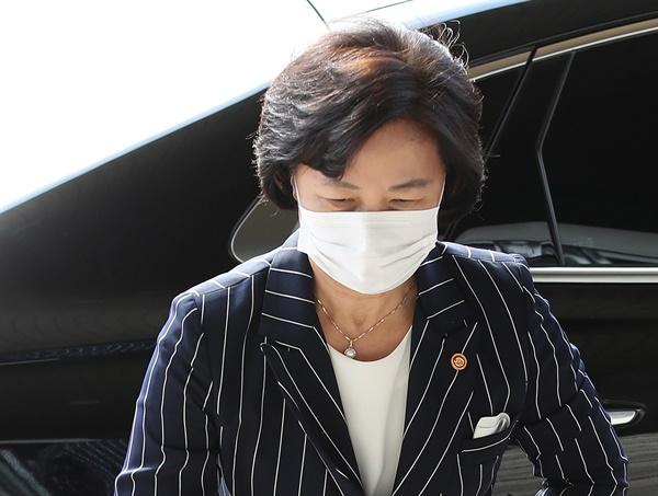 추미애 법무부 장관이 11일 오전 경기도 정부과천청사 법무부로 출근하고 있다.