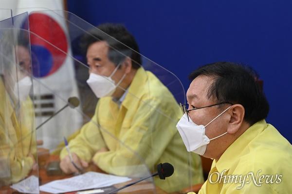 더불어민주당 김태년 원내대표가 11일 오전 국회에서 열린 최고위원회의에 참석하고 있다.