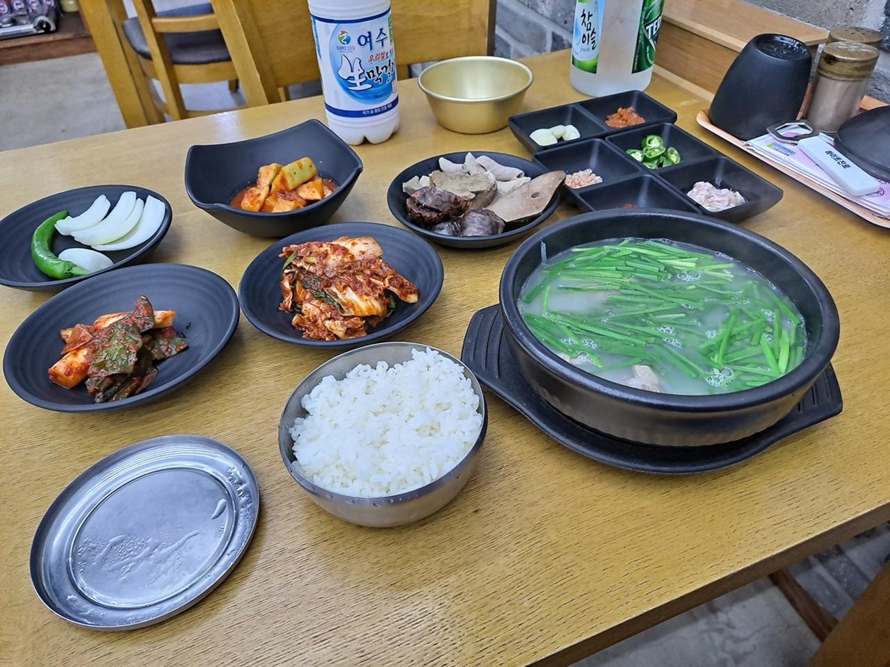 여수 서정시장국밥집의 국밥 기본 상차림이다.