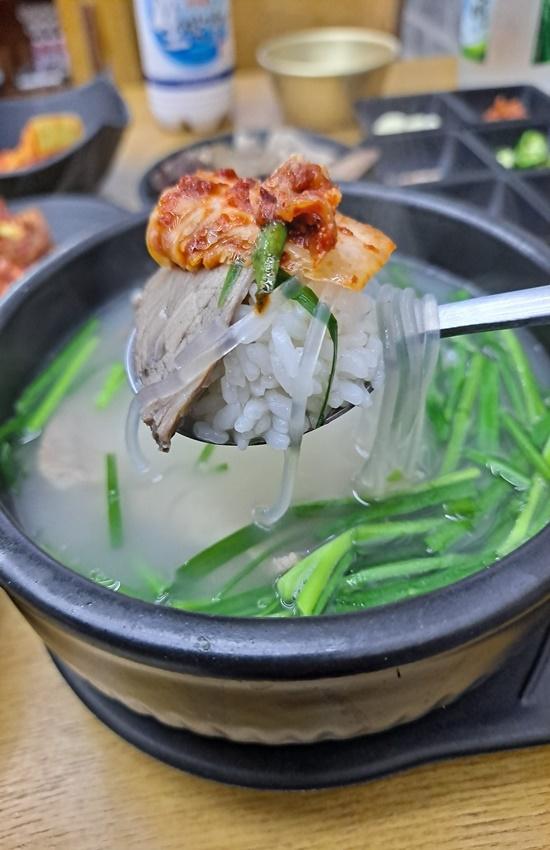 국밥은 겉절이 배추김치와 잘 어울린다.,