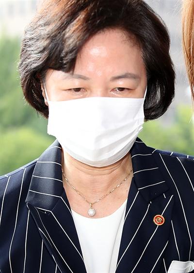 법무부 장관이 11일 오전 경기도 정부과천청사 법무부로 출근하고 있다.