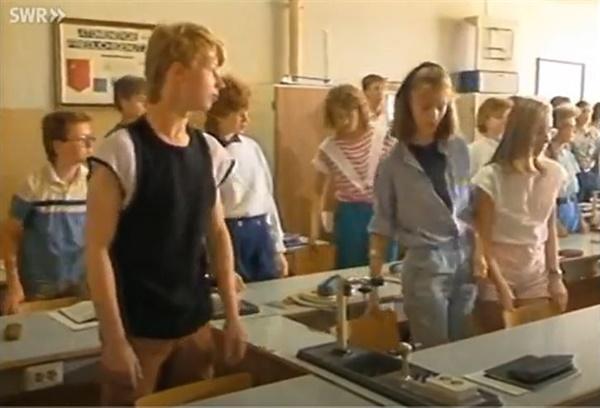 동독의 10년제 종합기술고등학교의 수업 시작 장면 동독의 10년제 종합기술고등학교의 수업 시작 장면