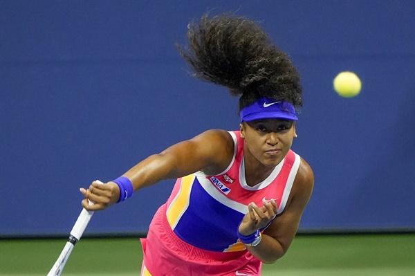 9월 오사카 나오미(9위·일본)가 10일(현지시간) 미국 뉴욕에서 열린 US오픈 테니스대회(총상금 5천340만 2천달러) 여자 단식 4강전에서 제니퍼 브래디(41위·미국)를 상대로 서브를 넣고 있다.