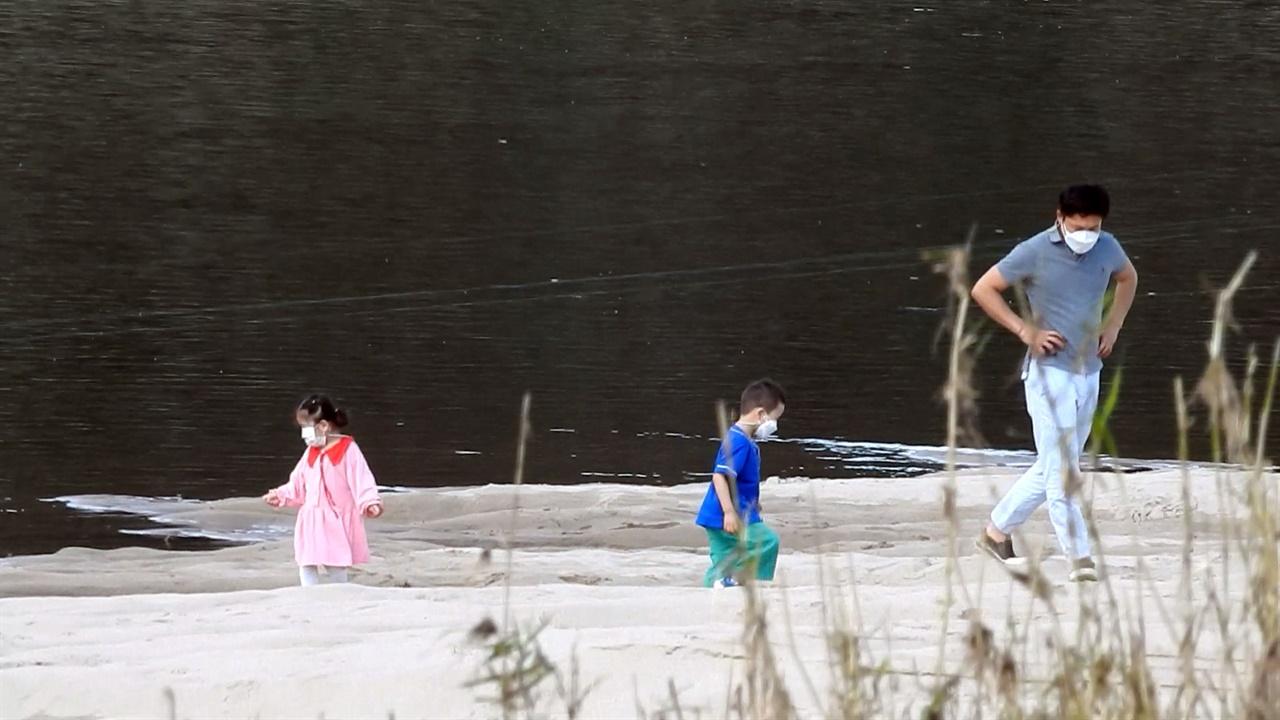 아빠와 함께 공주보 상류 곰나루 모래톱을 찾은 아이들이 신나 보입니다.