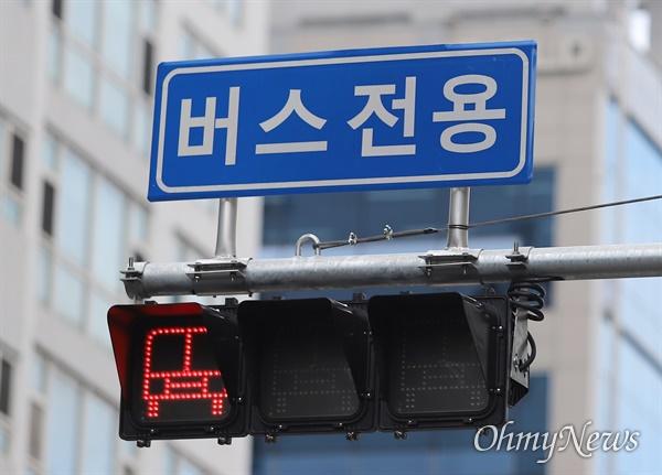 부산시가 도입한 BRT(간선급행버스체계). 버스전용차선 신호등에 빨간 불이 들어와 있다.