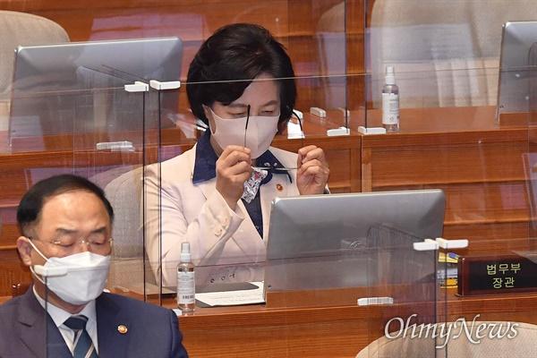 추미애 법무부 장관이 14일 서울 여의도 국회 본회의장에서 열린 정치분야 대정부질문에 출석해 안경을 쓰고 있다.