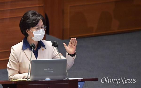추미애 법무부 장관이 14일 오후 서울 여의도 국회에서 열린 본회의에서 대정부 질의에 답하고 있다.