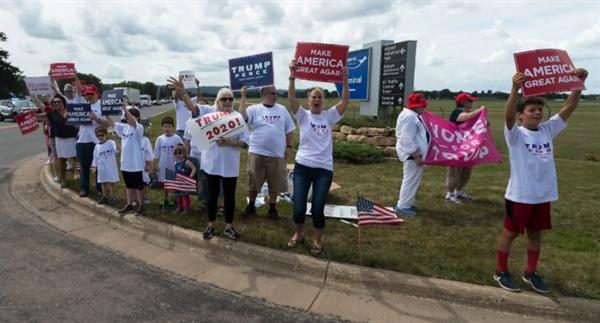 트럼프 지지자 부대통령 마이크 펜서의 방문을 환영하는 위스콘신 주민들(7월 17일)