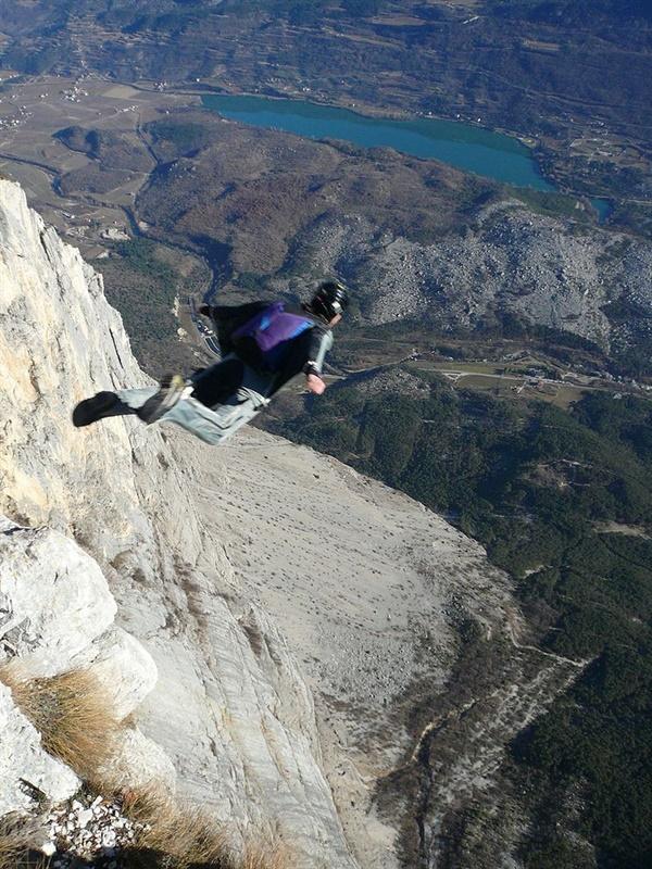윙수트 비행. 날개와 같은 역할을 하는 윙수트를 착용하고 비행기나 절벽 등에서 낙하 비행을 하는 익스트림 스포츠이다. 젊은 사람들이 주로 즐기는 경향이 있다.