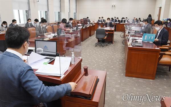 15일 오전 국회에서 열린 교육위 법안심사소위에서 박찬대 위원장이 개회를 하고 있다. 코로나19의 영향으로 소위실 대신 본회의실에서 열렸다.