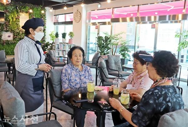 김경자 바리스타가 '바다마실 Cafe온'을 찾은 손님들에게 카페 공간에 대해 설명하고 있다.