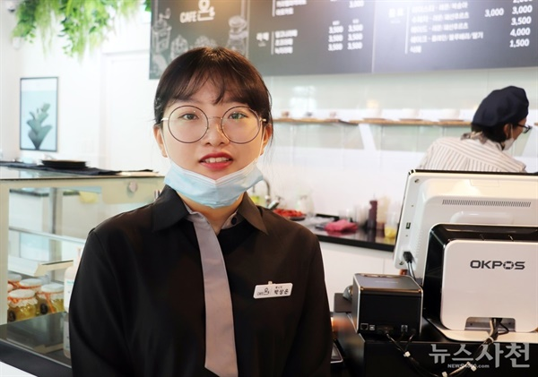 바다마실 카페에서 만난 청년매니저 박상은 씨. 그는 어르신들에게 새로운 것을 알려드리고 함께 일하는 게 즐겁단다.
