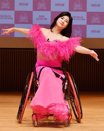 '즐거운 챔피언 시즌2' 황주희 황주희 댄서가 14일 오전 온라인으로 열린 KBS 특집프로그램 <즐거운 챔피언 시즌2 ; Dancing Together > 장애인 댄스스포츠 명예국가대표 선발전 중간점검 행사에서 포즈를 취하고 있다. <즐거운 챔피언>은 장애인과 비장애인이 어울려 스포츠를 즐기는 문화를 추구하는 프로그램으로 시즌2에서는 댄스스포츠 종목으로 21일 예정된 명예국가대표 선발전에 출전할 예정이다.