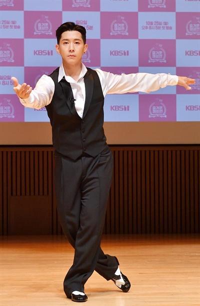 '즐거운 챔피언 시즌2' 브라이언 브라이언- 가수가 14일 오전 온라인으로 열린 KBS 특집프로그램 <즐거운 챔피언 시즌2 ; Dancing Together > 장애인 댄스스포츠 명예국가대표 선발전 중간점검 행사에서 포즈를 취하고 있다. <즐거운 챔피언>은 장애인과 비장애인이 어울려 스포츠를 즐기는 문화를 추구하는 프로그램으로 시즌2에서는 댄스스포츠 종목으로 21일 예정된 명예국가대표 선발전에 출전할 예정이다.