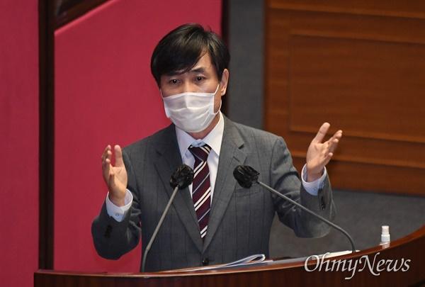 하태경 국민의힘 의원이 15일 서울 여의도 국회 본회의장에서 열린 외교·통일·안보 분야 대정부질문에 참석해 정경두 국방부 장관에게 질의하고 있다.