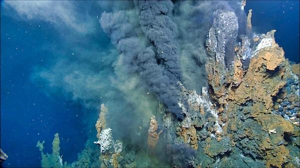 태평양 남서부 라우 분지에 있는 니우아 수중 화산의 열수 분출구에서 나오는 미네랄이 풍부한 물. 물이 식으면 미네랄이 침전되어 탑과 같은 '굴뚝'이 형성된다.