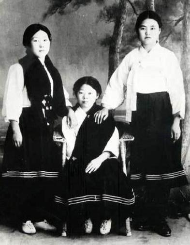 박정희의 형수이자 박상희의 부인 조귀분(오른쪽)