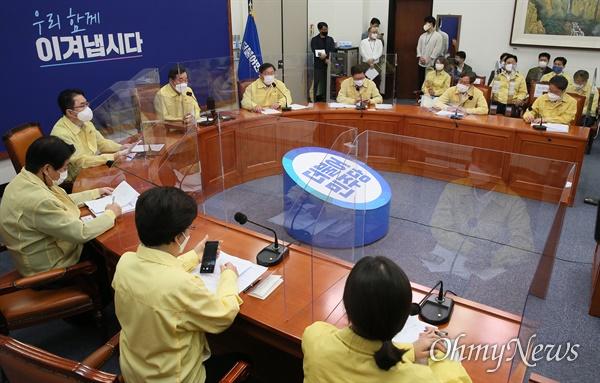 이낙연 더불어민주당 대표가 16일 오전 서울 여의도 국회에서 열린 최고위원회의에서 발언하고 있다.